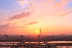 スカイツリー 荒川と首都高速道路に夕日の写真素材 [FYI02095997]