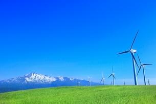 仁賀保高原 鳥海山と新緑の草原に風車の写真素材 [FYI02096000]