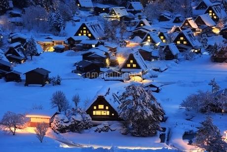 雪積る白川郷合掌造り集落の夜景の写真素材 [FYI02096033]