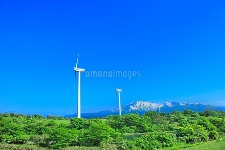 仁賀保高原 鳥海山と風車の写真素材 [FYI02096068]