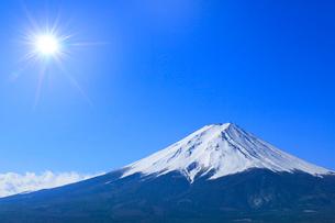 富士河口湖町より富士山と太陽に光芒の写真素材 [FYI02096093]
