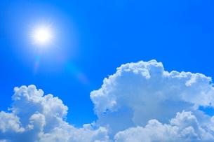 入道雲と太陽に光芒の写真素材 [FYI02096104]