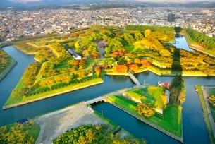 秋の函館 五稜郭タワーより紅葉の五稜郭公園の写真素材 [FYI02096105]