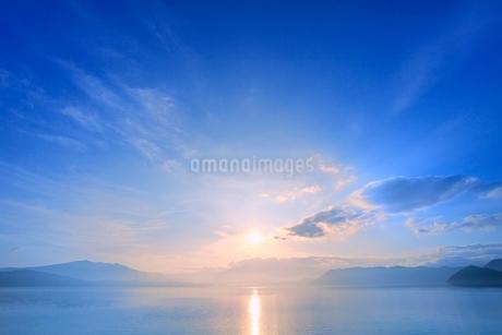 田沢湖の朝日の写真素材 [FYI02096156]