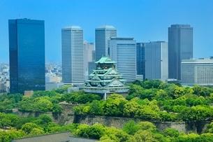 新緑の大阪城と大阪ビジネスパークの写真素材 [FYI02096172]