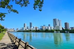 浜離宮恩賜庭園と東京湾に月島ビル群の写真素材 [FYI02096228]