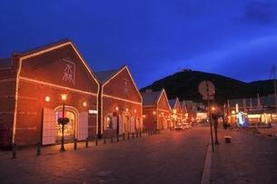 函館 金森赤レンガ倉庫と函館山の夜景の写真素材 [FYI02096237]