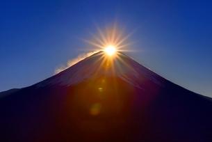 竜ヶ岳よりダイヤモンド富士の写真素材 [FYI02096283]