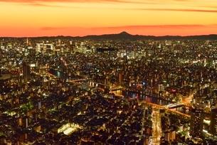東京スカイツリーより夕照のビル群夜景と富士山に隅田川の写真素材 [FYI02096297]