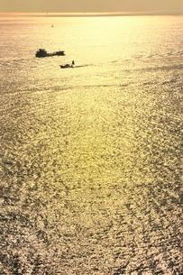 黄金色の瀬戸内海に漁船の写真素材 [FYI02096306]
