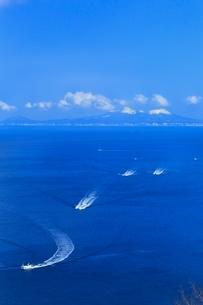 望郷台より根室海峡と北方領土・国後島に漁船の写真素材 [FYI02096330]