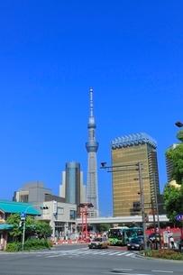スカイツリーと吾妻橋交差点の写真素材 [FYI02096409]