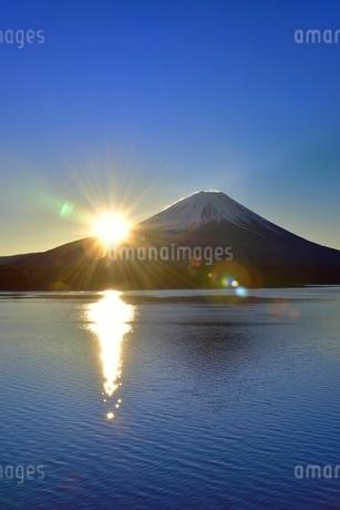 本栖湖と富士山に朝日の写真素材 [FYI02096452]
