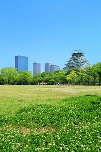 新緑の大阪城と遠足の小学生の写真素材 [FYI02096465]
