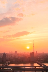 スカイツリーと荒川に夕日の写真素材 [FYI02096473]