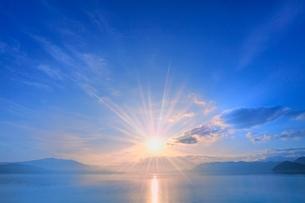 田沢湖の朝日と光芒の写真素材 [FYI02096661]