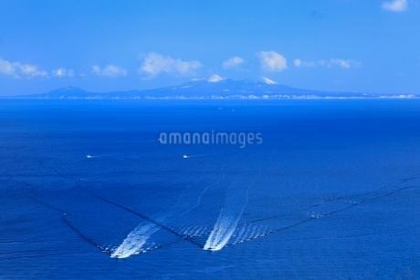望郷台より根室海峡と北方領土・国後島に漁船の写真素材 [FYI02096667]