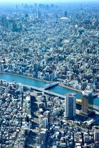 スカイツリー天望回廊より隅田川と東京の街並み 新宿方面を望むの写真素材 [FYI02096725]