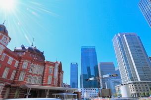 東京駅と丸の内ビル群に光芒の写真素材 [FYI02096783]