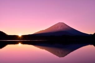 元旦・朝焼けの精進湖と逆さ富士に朝日の写真素材 [FYI02096917]