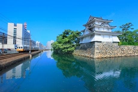 高松城(玉藻城)の艮櫓(丑寅櫓)と堀端をを走る「ことでん」の写真素材 [FYI02096930]