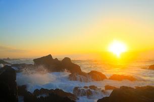 室戸岬の朝日と岩に波の写真素材 [FYI02096983]