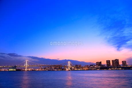 レインボーブリッジのライトアップに夕焼けの写真素材 [FYI02097002]