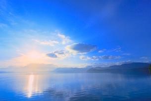 田沢湖の朝日の写真素材 [FYI02097058]