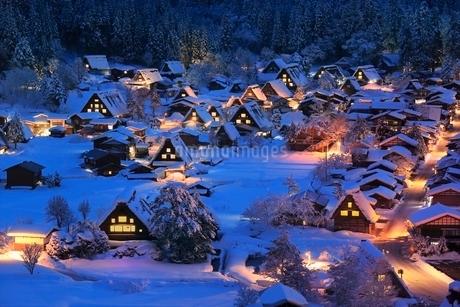 雪積る白川郷合掌造り集落の夜景の写真素材 [FYI02097078]