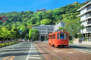 伊予鉄路面電車と県庁に松山城の写真素材 [FYI02097110]