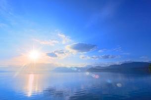 田沢湖の朝日と光芒の写真素材 [FYI02097222]
