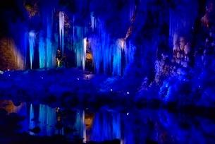 荒川の氷柱群ライトアップの写真素材 [FYI02097239]