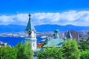 函館 教会の街並みと函館港の写真素材 [FYI02097251]