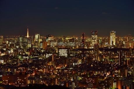 サンシャイン60展望室よりスカイツリーと東京の街並み夜景の写真素材 [FYI02097268]
