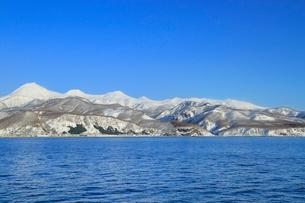 ネイチャークルーズ船より雪の知床連山と羅臼岳の写真素材 [FYI02097289]
