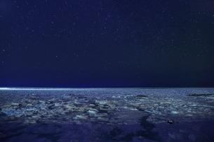 ウトロよりオホーツク海の流氷と夜景に星空の写真素材 [FYI02097293]