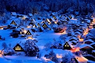 雪積る白川郷合掌造り集落の夜景の写真素材 [FYI02097311]