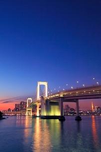レインボーブリッジのライトアップと東京タワーに夕焼けの写真素材 [FYI02097322]