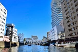 日本橋川と豊海橋に川沿いの街並みの写真素材 [FYI02097333]