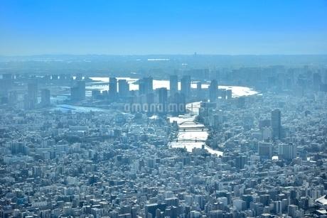 スカイツリー天望回廊より光る隅田川に東京の街並みと東京湾の写真素材 [FYI02097391]