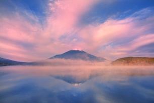 山中湖の逆さ富士に霧と雲の写真素材 [FYI02097408]