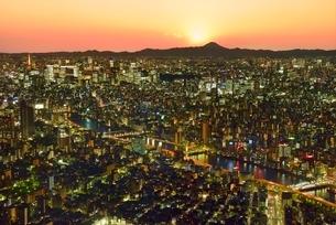東京スカイツリーより夕照のビル群夜景と富士山に隅田川の写真素材 [FYI02097424]