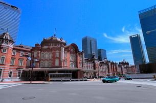 東京駅とビル群の写真素材 [FYI02097470]