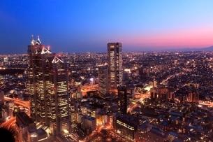 都庁よりビル群の夜景と夕焼けの写真素材 [FYI02097480]