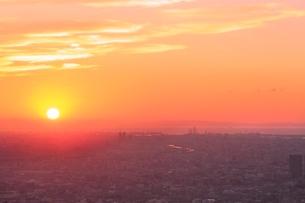 夕焼けの大阪と堺市街に夕日の写真素材 [FYI02097481]