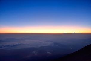富士山8合目より朝焼けと雲海の写真素材 [FYI02097545]