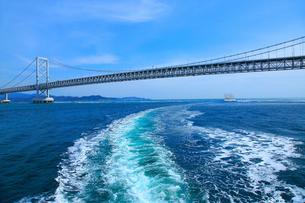 大鳴門橋と航跡の写真素材 [FYI02097559]