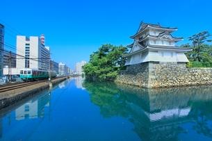 高松城(玉藻城)の艮櫓(丑寅櫓)と堀端をを走る「ことでん」の写真素材 [FYI02097560]