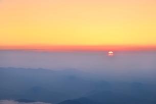 富士山8合目より朝日と朝焼けの雲海の写真素材 [FYI02097562]