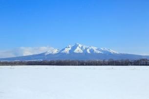雪原と斜里岳の写真素材 [FYI02097593]